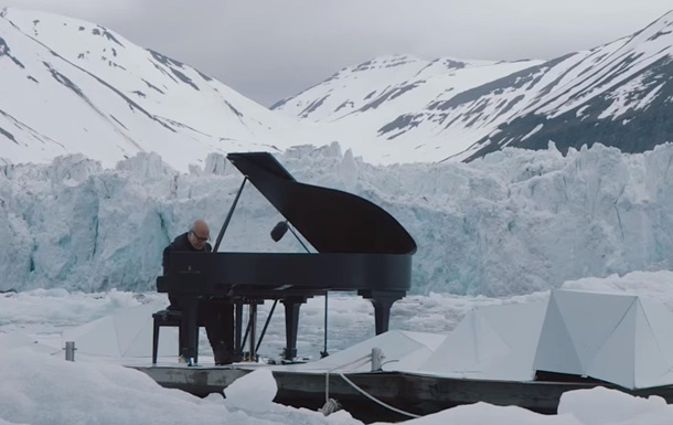 Відомий піаніст зіграв серед криги Арктики