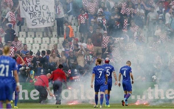 Сборная Хорватии подарила футболку стюарду, пострадавшему на матче с Чехией