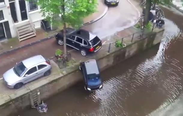 В Амстердамі на зйомках випадково втопили припарковане авто