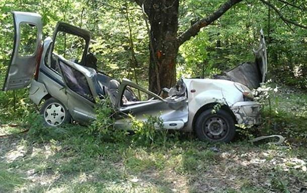 На Хмельниччині авто врізалося в дерево: троє загиблих