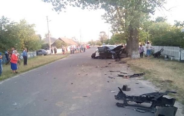 На Ровенщине авто врезалось в дерево: двое погибших