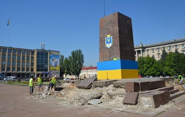 У Миколаєві зносять постамент Леніну