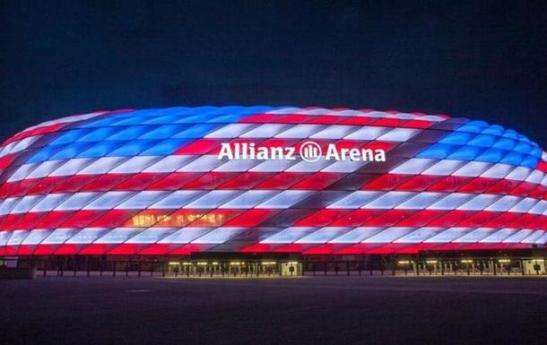 Альянц Арена забарвилася в кольори США