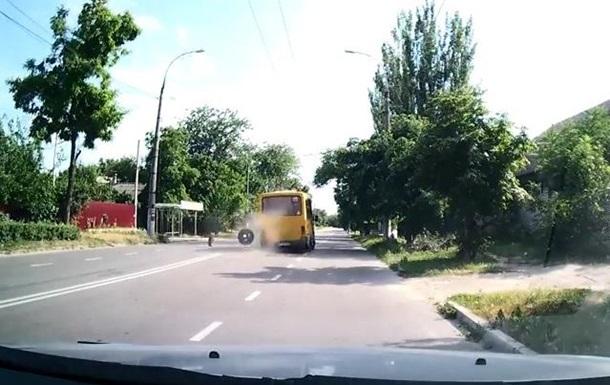 В Херсоне у маршрутки на ходу отвалились колеса