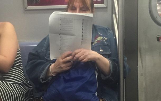 Американка роздрукувала коментарі Facebook, щоб почитати в метро