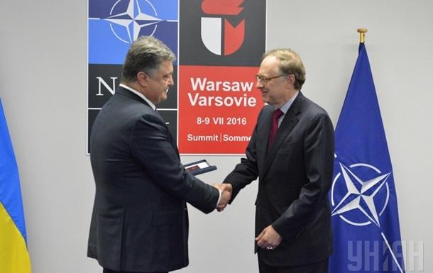 Порошенко наградил орденом заместителя генсека НАТО