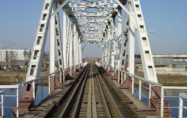 Подросток погиб на железнодорожном мосту от удара током