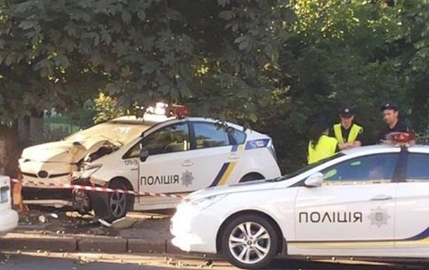 У Києві авто патрульних в їхало в дерево