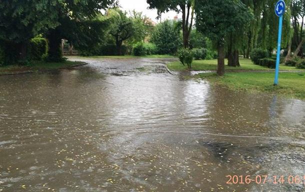 В Ужгороді сильна злива затопила вулиці