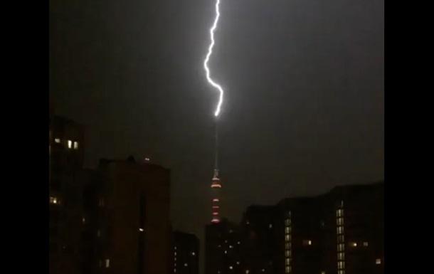 Блискавка влучила в Останкінську телевежу: відео