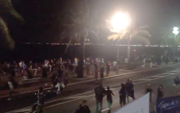 В Ницце машина врезалась в толпу людей