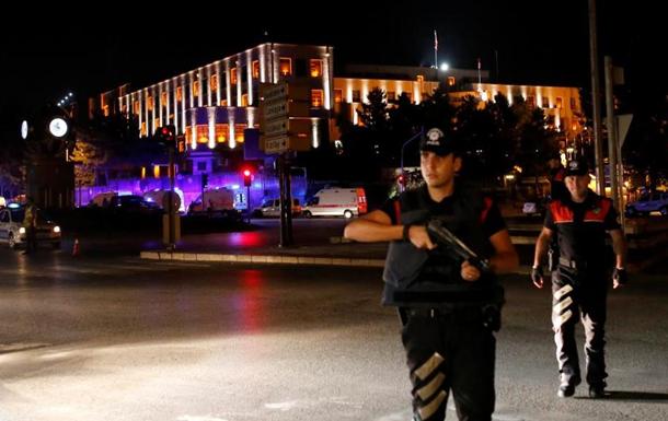 У Туреччині запровадили військовий стан і комендантську годину