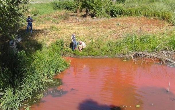 Під Києвом річка Стугна стала червоного кольору