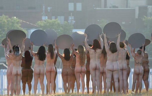 В США против Трампа протестовали 130 голых женщин
