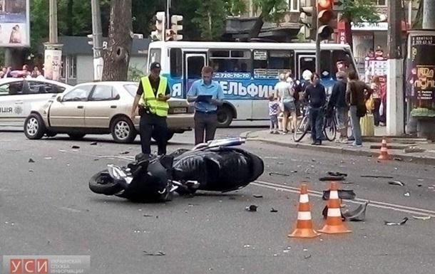 ДТП в Одесі: зіштовхнулися три авто і мотоцикл