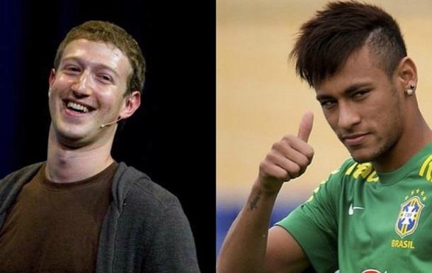 Основатель Facebook чеканит мяч лучше, чем звезда Барселоны
