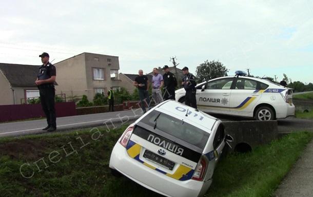 На Закарпатье авто полиции вылетело в кювет из-за коров