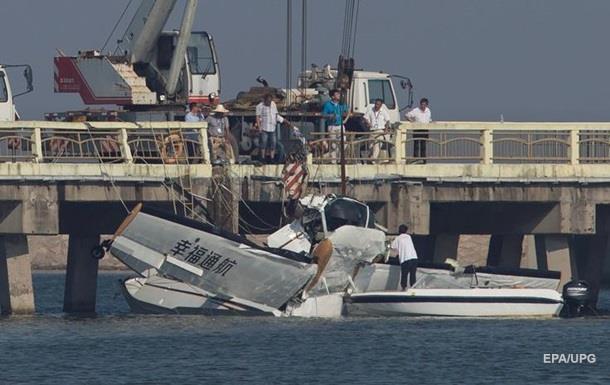 В Китае самолет врезался в мост: есть жертвы