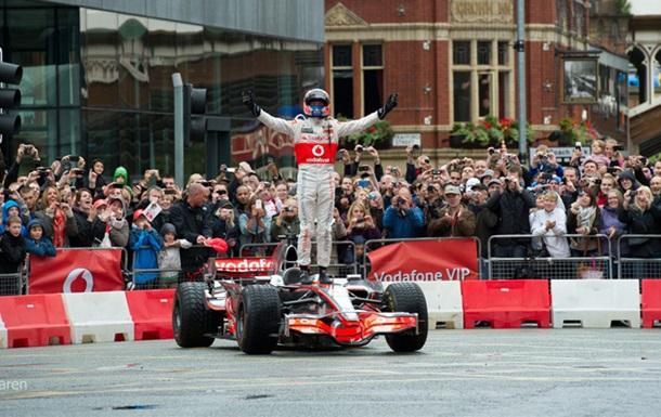 Пилот Формулы-1 устроил автошоу на улицах Манчестера