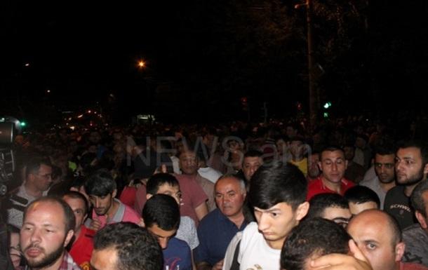 Митинг у захваченного отделения полиции в Ереване возобновился
