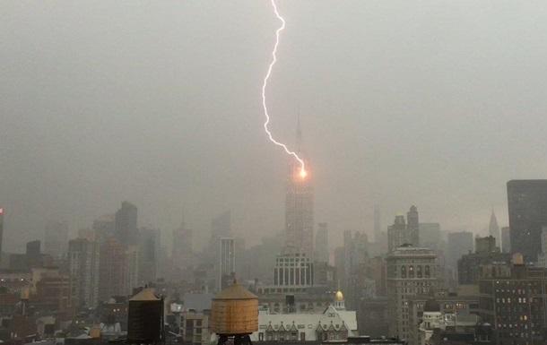 Американцы обсуждают удар молнии в Empire State Building