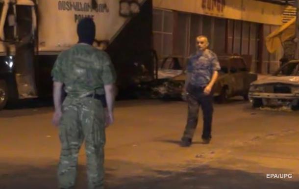 Опубликовано видео сдачи властям вооруженной группы в Ереване