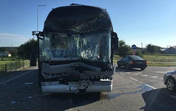 Під Львовом автобус з 47 дітьми потрапив у ДТП, є постраждалі