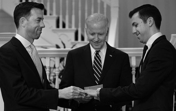 Байден поженил двух геев из Белого дома