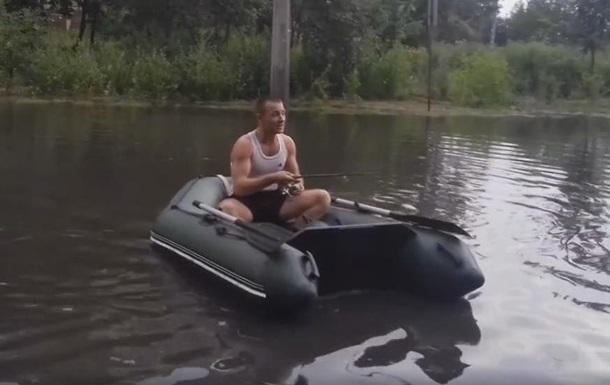 Черкащанин после ливня плавал по улице в лодке