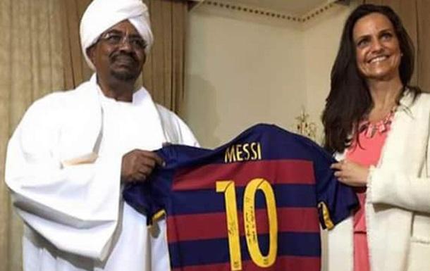 Президенту Судана вручили футболку с фальшивым автографом Месси