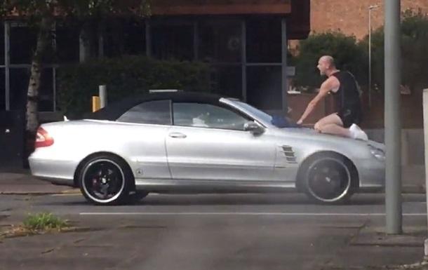 Мужчину, атакующего врукопашную авто, сняли на видео