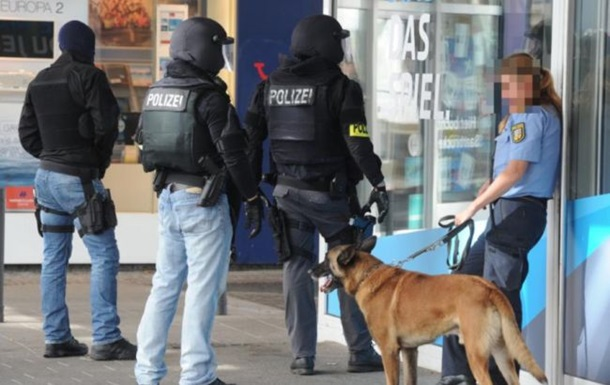 В Германии вооруженный мужчина заперся в кафе