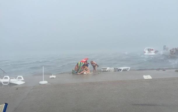 В Одесі просять тимчасово не купатися через брудне море