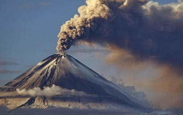 Вулкан на Камчатці викинув стовп попелу на висоту 7 км