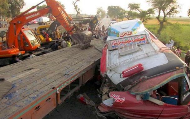 В Пакистане свадебный автобус упал в ущелье: погибли больше 20 человек