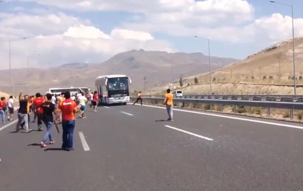 Розлючені фанати Галатасарая атакували автобус з уболівальниками Бешикташа