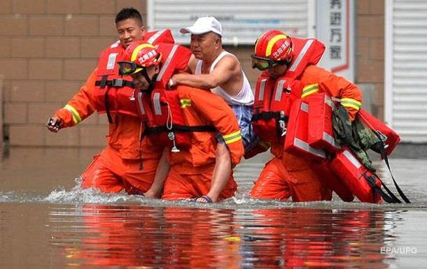 Паводок у Китаї: семеро людей загинули