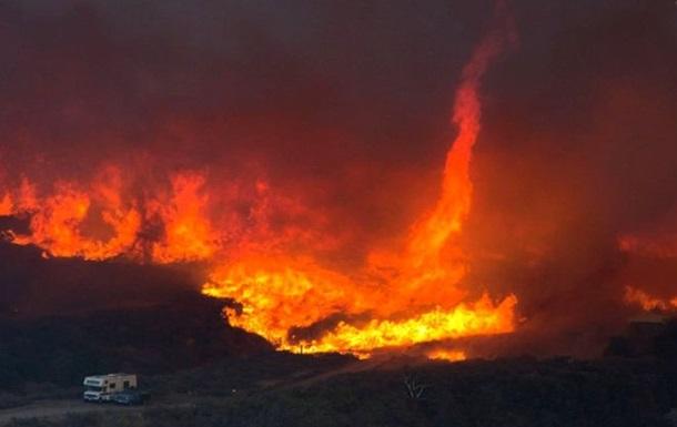 Огненные смерчи над пожарами в Калифорнии