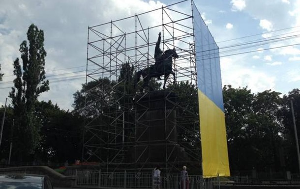 У Києві пам ятник Щорсу огородили риштуванням