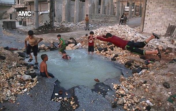 В Алеппо діти влаштували басейн у воронці від вибуху