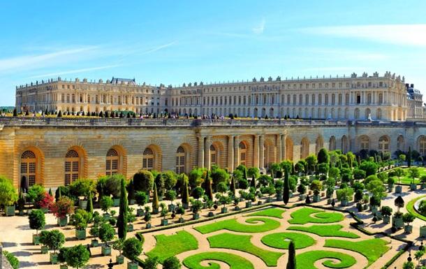 Версаль купував в експозицію підроблені меблі