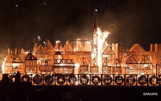На Темзе сожгли деревянный Лондон в память о пожаре 1666 года