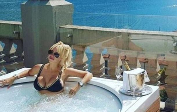 Жена Икарди дразнит фанов откровенными селфи