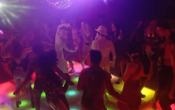 В новом клипе Red Hot Chili Peppers вокалист снялся голым