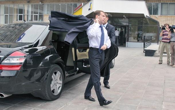 Медведев  приписал  семьям РФ по машине