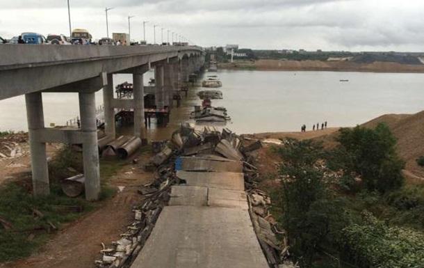 В Китае обрушился автомобильный мост