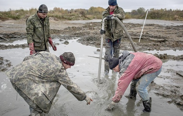 Прикордонники знайшли розробки бурштину на Рівненщині