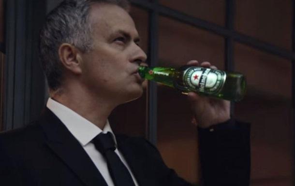 Моуриньо пьет пиво и мотивирует собаку в новом ролике от Гая Ричи