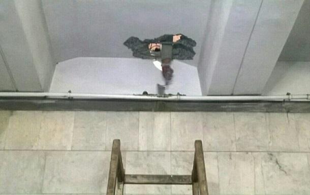 На станции  Героев Днепра  обрушилась часть потолка