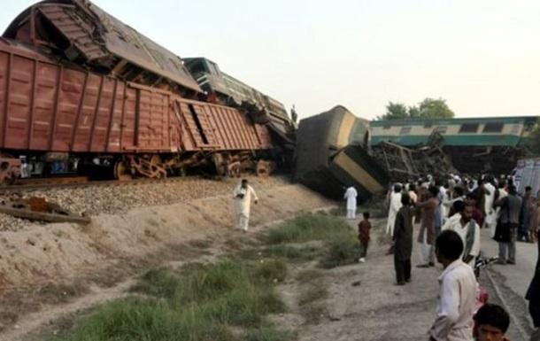 В Пакистане столкнулись поезда: 150 пострадавших